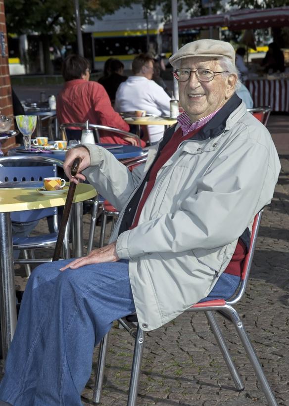 sitzender alter Mann